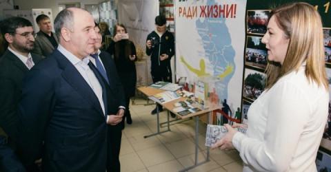 Глава Карачаево-Черкесии Рашид Темрезов наградил лучших волонтеров республики