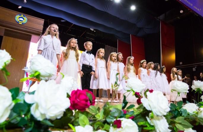Глава Карачаево-Черкесии Рашид Темрезов поздравил многодетных мам республики с Днем матери и вручил почетный знак «Материнская слава»
