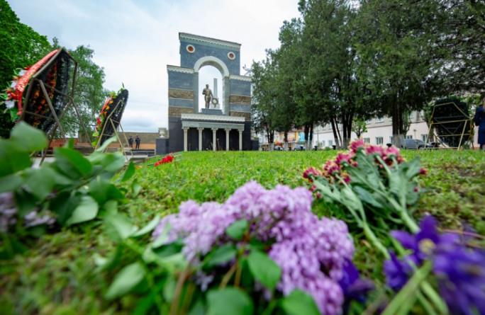 Глава Карачаево-Черкесии Рашид Темрезов возложил цветы к мемориалу Огонь Вечной Славы на Аллее Героев в парке Победы Черкесска