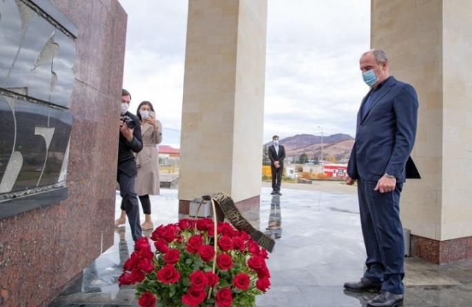 Глава КЧР почтил память жертв депортации карачаевского народа