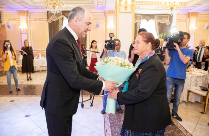 Глава КЧР Рашид Темрезов вручил ветеранам ордена «За заслуги перед Карачаево-Черкесией»