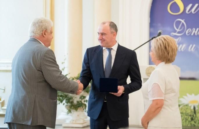 Глава Рашид Темрезов вручил супружеским парам Карачаево- Черкесии медаль «За любовь и верность»