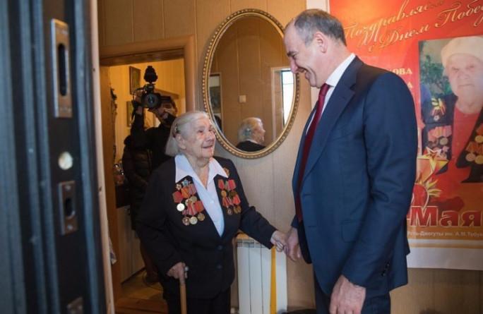 Рашид Темрезов поздравил ветерана Великой Отечественной войны Валентину Шайдакову с 8 марта