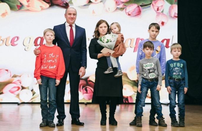 Рашид Темрезов поздравил стихами женщин республики с 8 марта